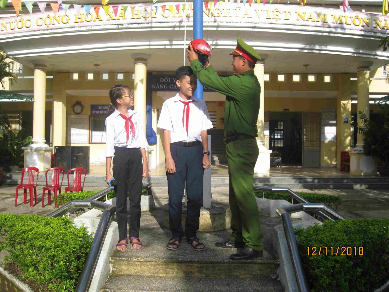 Tuyên truyền an toàn giao thông trong nhà trường năm học 2018 - 2019 - Đại uý: Nguyễn Đình Nguyên